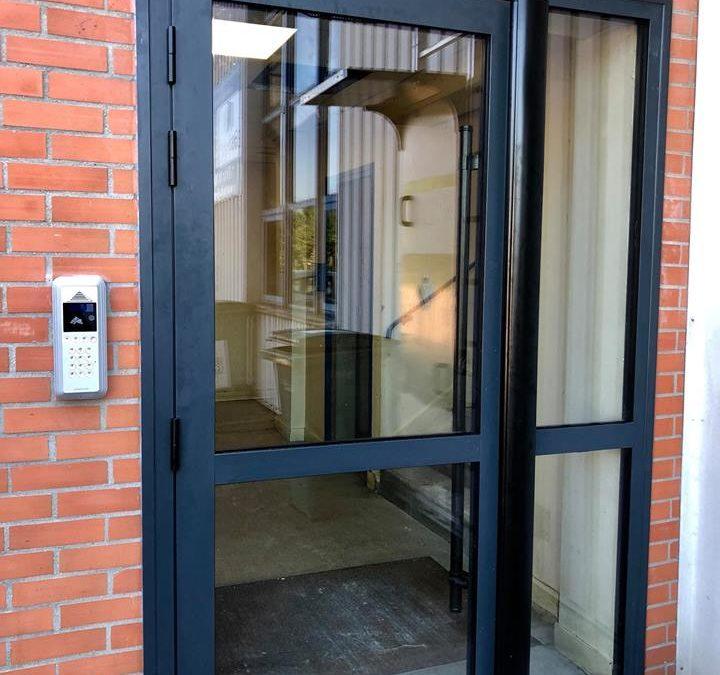 Pose de 3 ensembles de hall en aluminium + interphonie à Mantes la Jolie