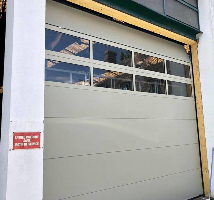 Pose d'une porte sectionnelle pour la carrosserie Salengro à Louviers